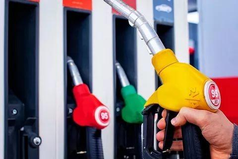 Эксперты назвали регионы РФ с самым дорогим и дешевым бензином