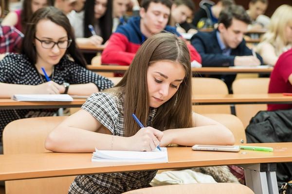 Соцопрос: жители России нуждаются в хорошем образовании и большой зарплате