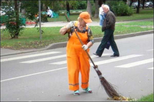 Жительницу Подмосковья уволили с работы дворника из-за долга в 2 млрд рублей