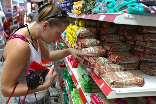 Соцопрос: россияне посчитали обманом уменьшение объемов упаковок с продуктами