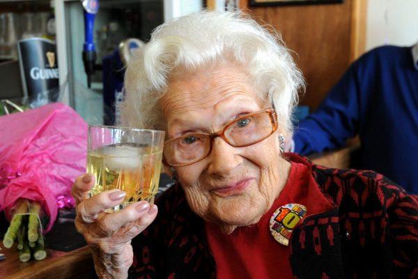 Росстат отметил рост числа россиян-долгожителей