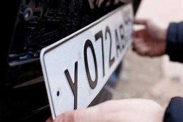С 1 января владельцев новых авто обяжут устанавливать госномера в день покупки