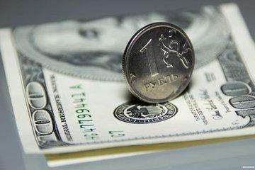 Рубль в последний день июля ослабился к доллару и укрепился к евро